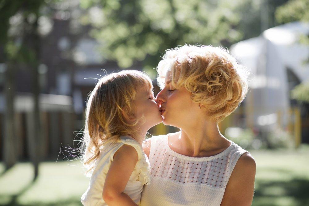 Embrasser son enfant sur la bouche